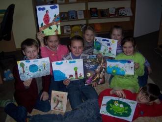Vaikai su savo piešiniais