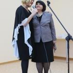 Atlikėja N. Narmontaitė bibliotekos direktorė R. Bagdonienė
