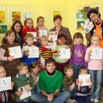 EST savanoriai 2007-2008 m. Annika  Shaefer, Gokhan Gulbas ir Maurizio Melito su vaikais